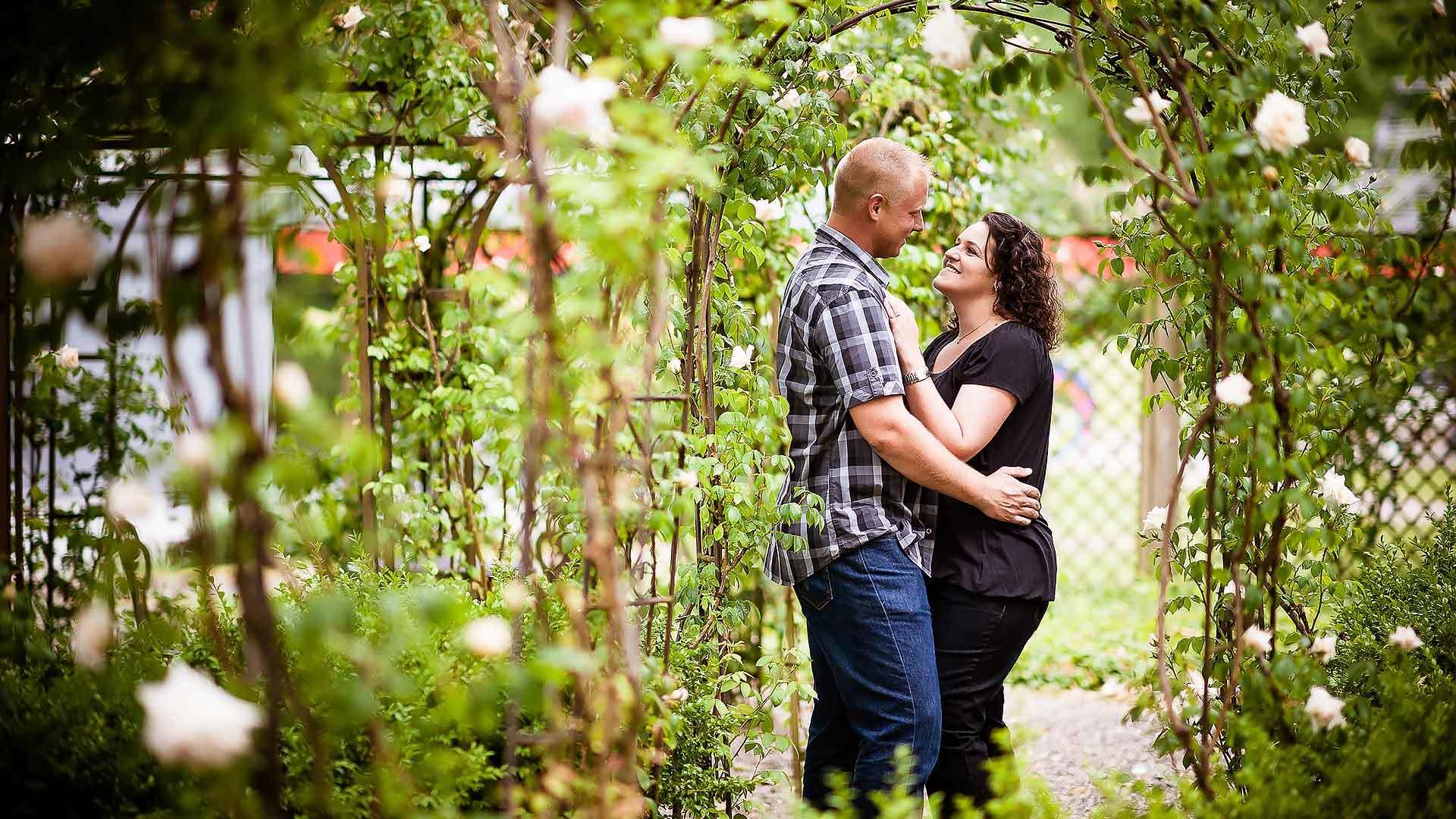 Fotoshooting im Rosengarten vom Schloss Böttstein - Hochzeitsfotograf