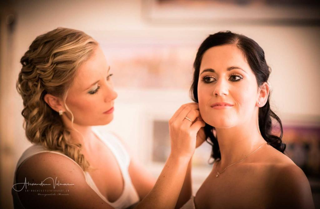 Getting-Ready Braut - Hochzeitsfotograf fotografiert Ankleidung