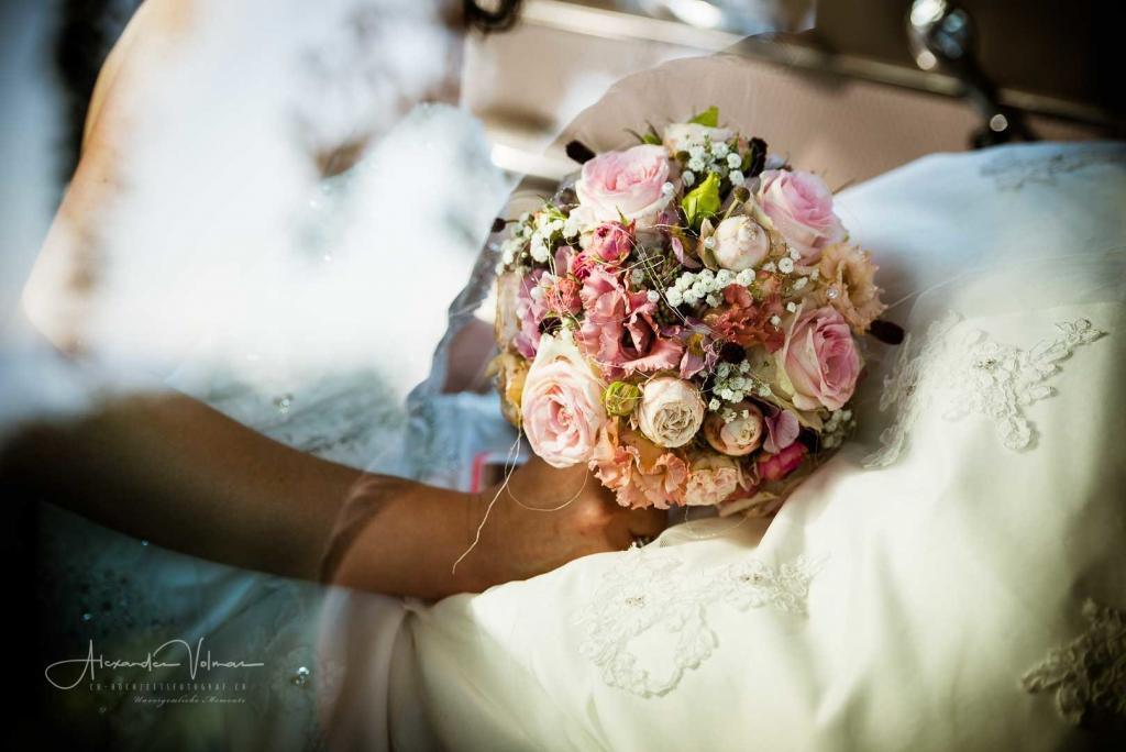 Hochzeitsblumenstrauss im Auto