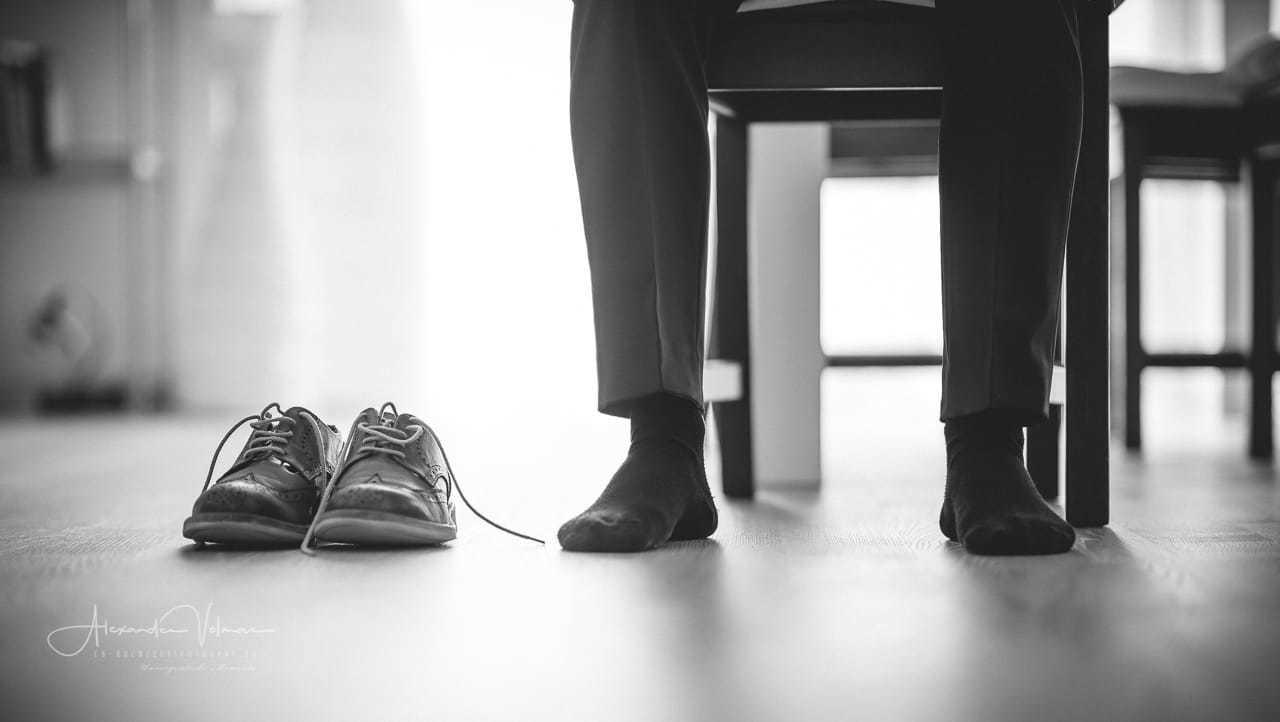 Schuhe anziehen Hochzeitsfotograf